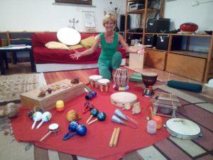 musicoterapeuta con i suoi strumenti musicali