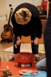 donna che suona il metal drum