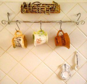 tazze appese alla parete