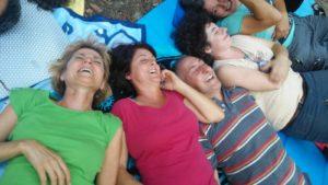 persone sdraiate per terra che ridono